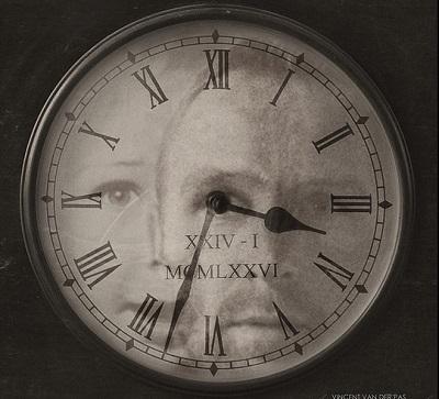 stary zegar a na nim dwie twarze młoda i stara. Najlepiej obrazuje upływający czas